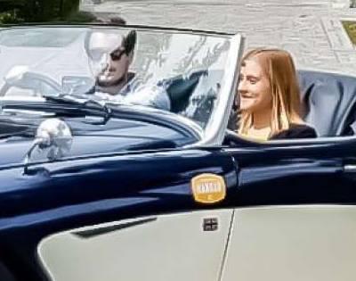 Un couple dans une vieille voiture