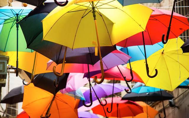 Parapluies ouvert en rue